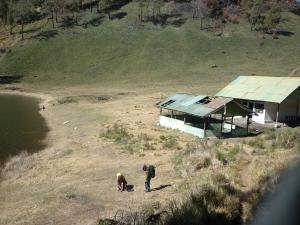 Sisi selatan Ranu Kumbolo yang sepi, hanya kami pendaki yang akan naik